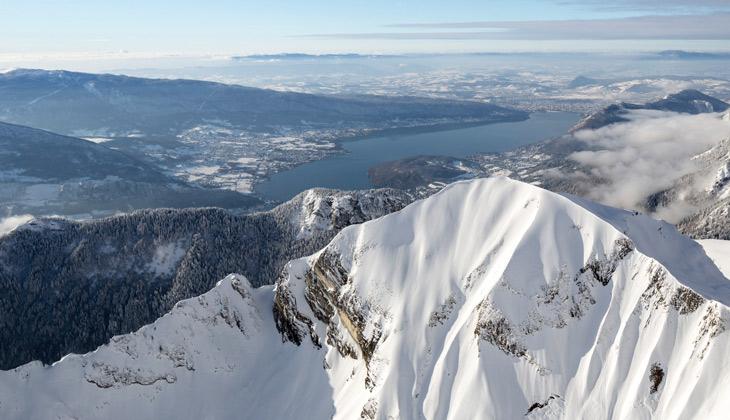 Les montagnes enneigées du lac d'Annecy