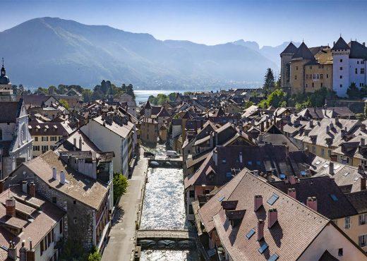 Vue aérienne de la vieille ville d'Annecy