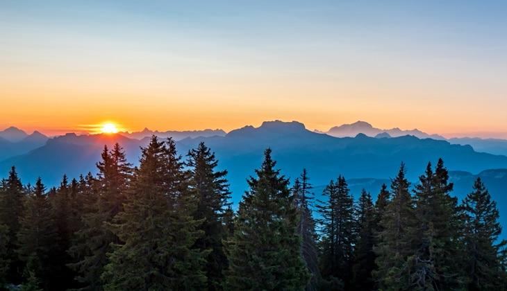 Lever de soleil derrière les Alpes